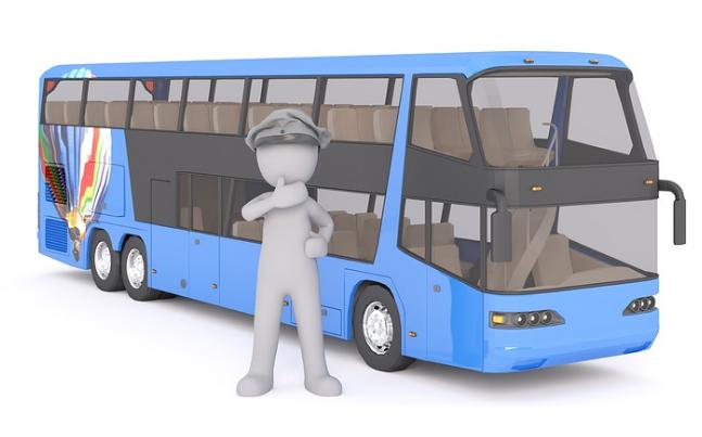 Hombre junto a un autobús (animación)